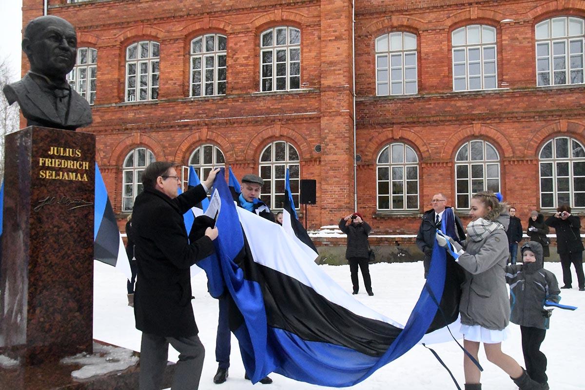 Jüri Trei, Lauri Luur, Chätlyn Parts ja Sten Eric Hansen avavad Seljamaa monumendi. Foto Urmas Saard