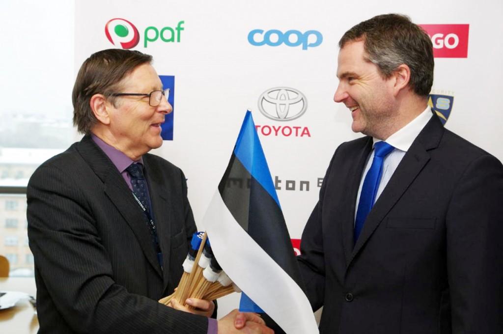 Jüri Trei annab lipud üle Foto pressisõnumiga