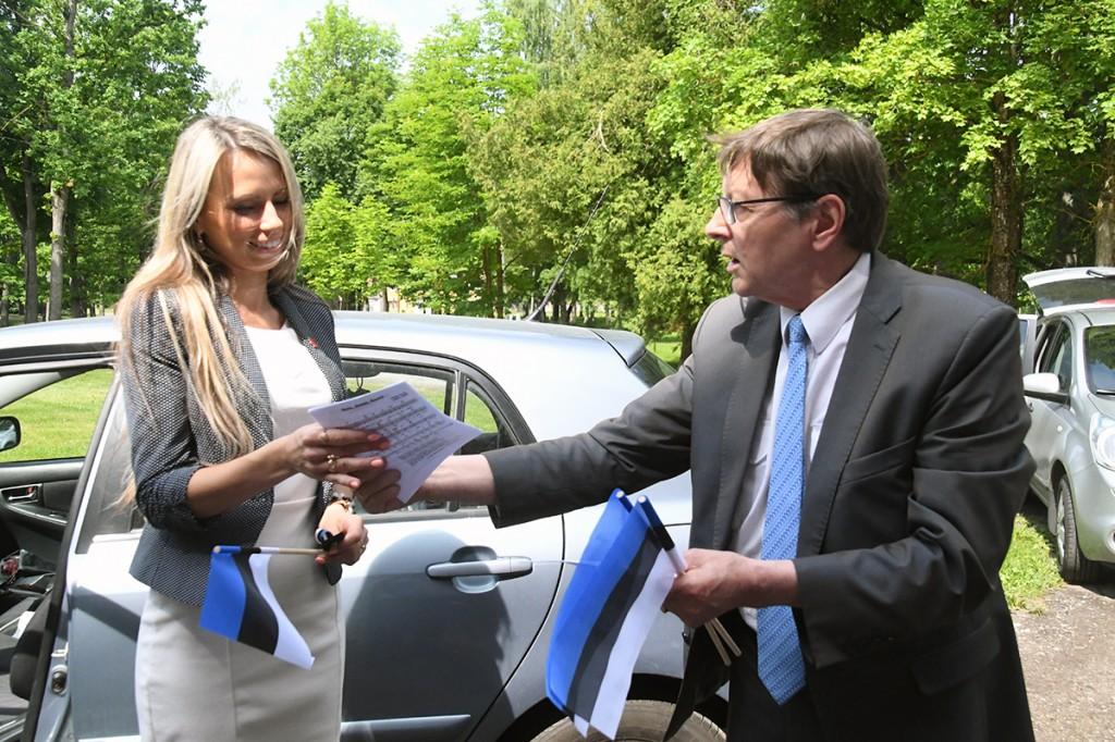 Jüri Trei jagab Eesti lipu päeval Sindis laululehti ja lippe Foto Urmas Saard