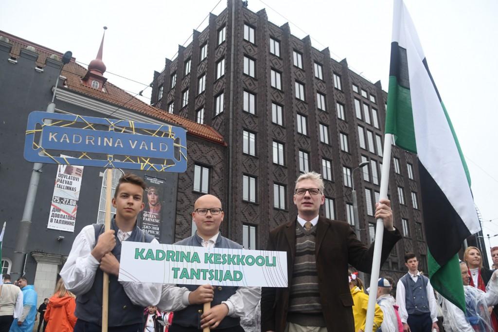 Jaanus Reisner, Kadrina vallavolikogu esimees, on laulupeo rongkäigu alguse ootel koduvalla lippu hoidmas Foto Urmas Saard