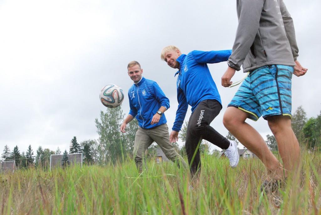 Joonas Einfeldt ja Martin Kuldmägi, Pärnu JK Poseidoni juhatuse liikmed, tulevasel Sindi jalgpallistaadionil Foto Urmas Saard