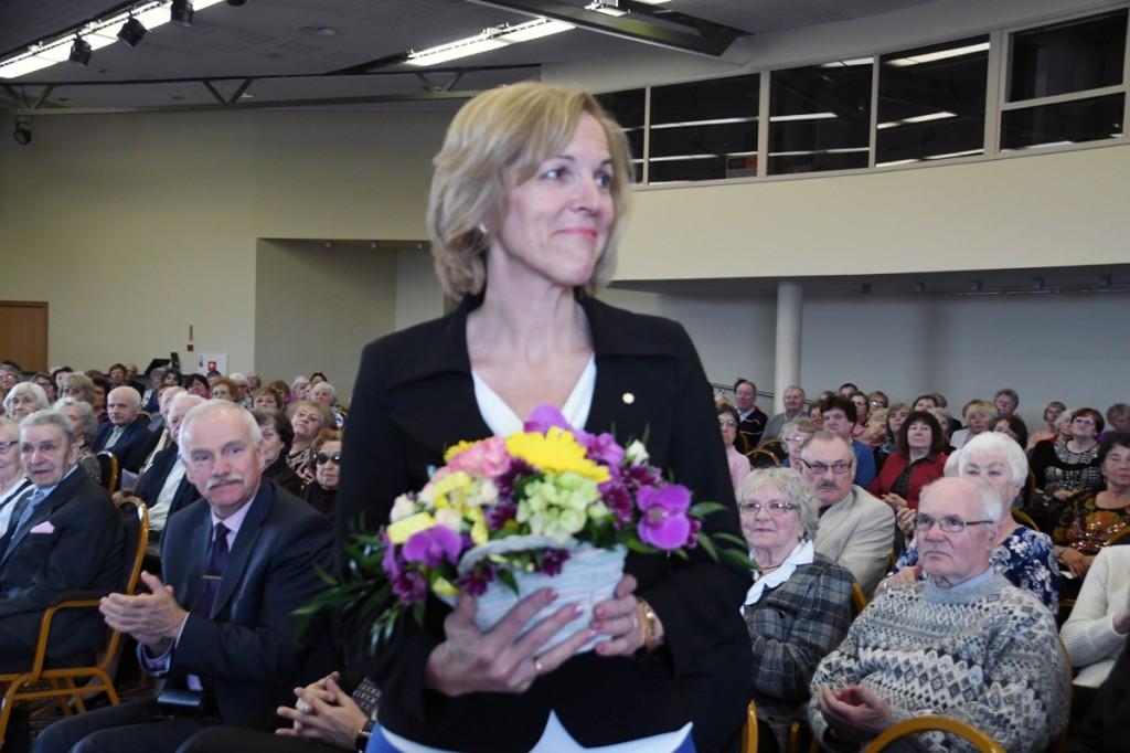 Kaia Iva TÜ Pärnu kolledži Väärikate ülikooli ees Foto Urmas Saard