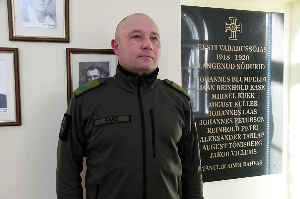 Kaitseliidu Pärnumaa maleva auvalve Vabadussõjas langenute mälestustahvli kõrval Sindi gümnaasiumis. Foto Urmas Saard