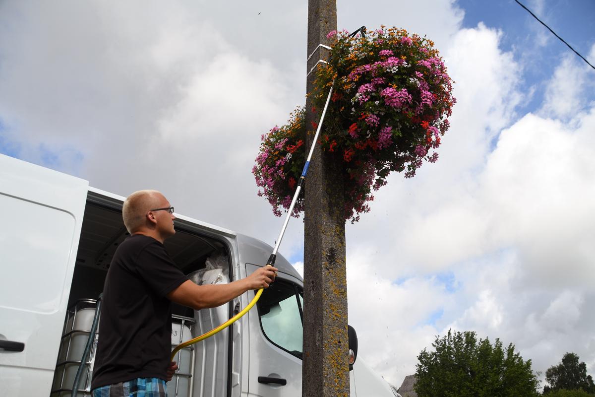 af50c48ec8d Kardo Kase kastab Sindit kaunistavaid lilleampleid Foto Urmas Saard