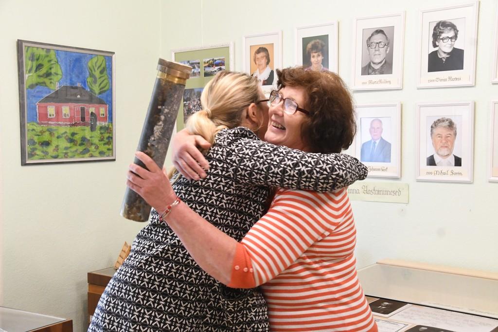 Katariina Vaabel annab Aita Puustile ajakapsli üle ja soovib juhataja ametisse astumise puhul edukat tööd Sindi muuseumis. Foto Urmas Saard