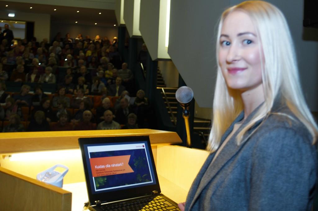 Kati Voomets, Swedbanki Rahaasjade Teabekeskuse juht TÜ Pärnu kolledži Väärikate ülikooli kuulajate ees esinemas Foto Urmas Saard