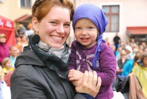 Katre Kaseleht ja tema tütar Sänni Lee XXIII Viljandi pärimusmuusika festivalil muuseumi hoovis Foto Urmas Saard