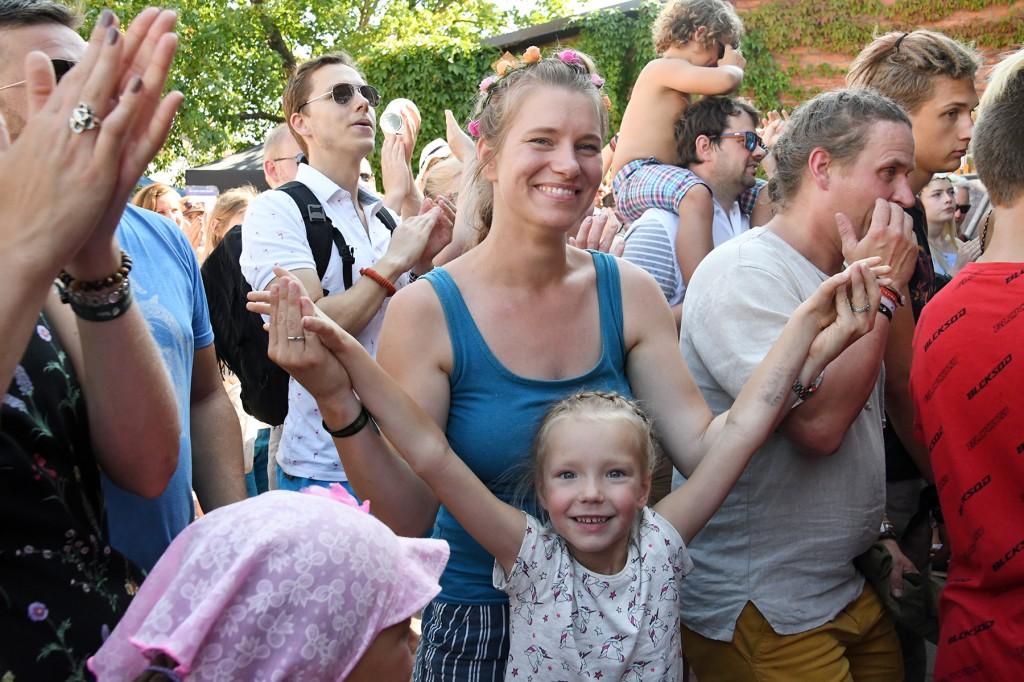 Katre Kaseleht ja tema tütar Sänni Lee XXVII Viljandi Pärimusmuusika Festivalil kultuurimaja õuel. Foto Urmas Saard