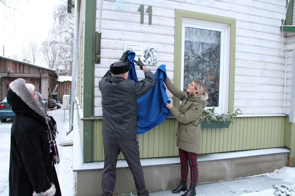 Katte eemaldavad Alfred Raadiku ristitütar Riina Randlepp, õpilane Indrek Toome ja Nõmme linnaosa vanem Grete Šillis. Foto Jukko Nooni