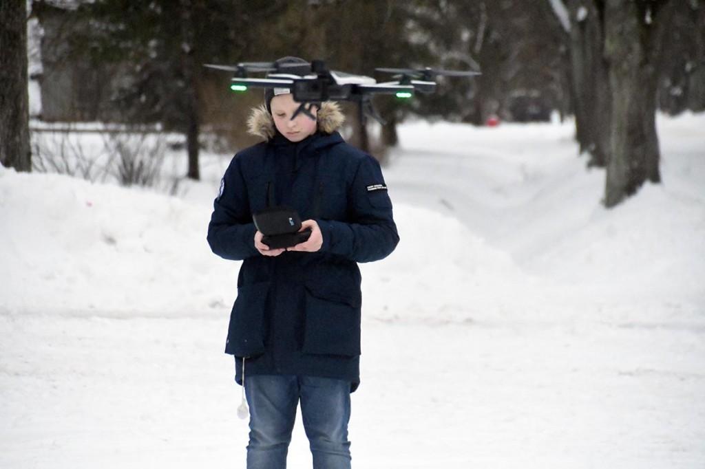Kaur Kasemaa suunab drooni Seljamaa monumendi kohale. Foto Urmas Saard
