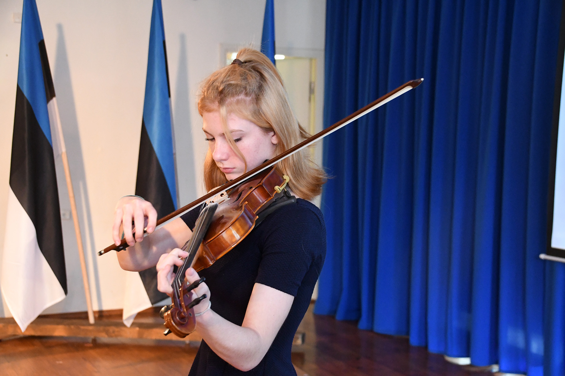 Kertu Kirke Hansen mängib Sindi gümnaasiumi õpilaskonverentsil viiulipala Eesti lipp. Foto Urmas Saard