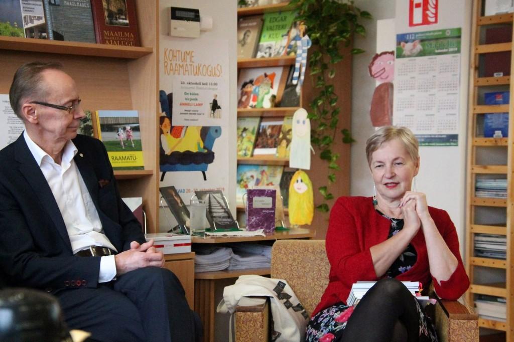 Kirjanik Anneli Lamp koos abikaasaga kohtumisel Avinurme raamatukogus. Foto Anu Ots