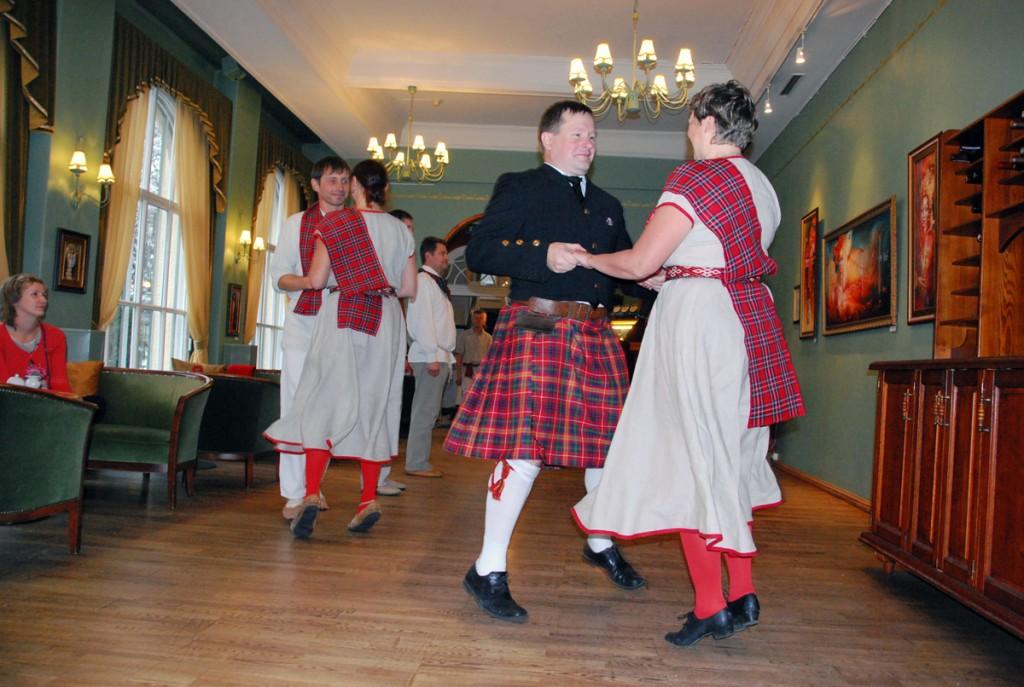Kirmas tantsib 2014 a Briti päevade ajal keilit Café Grand'is Foto Urmas Saard