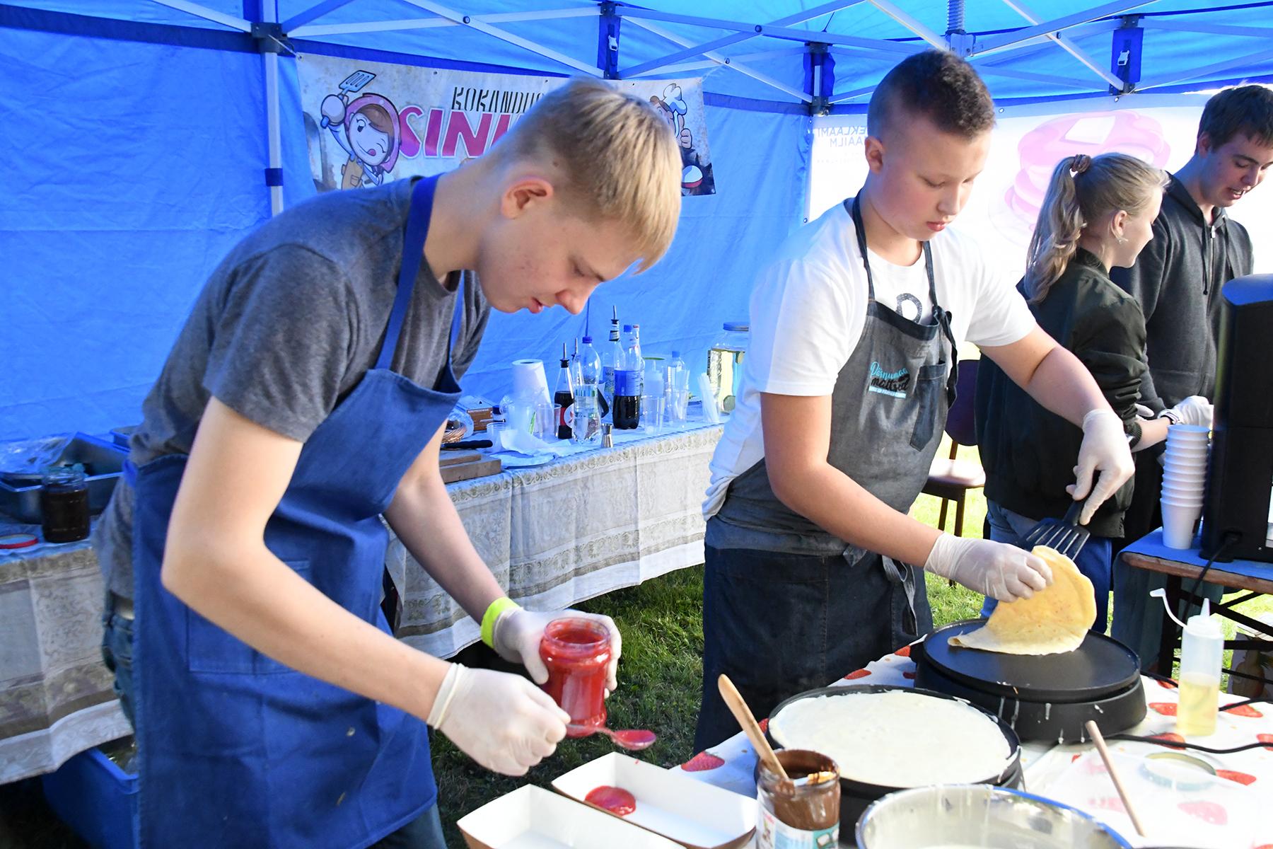 Kokandusringi Sinklased noored pannkoogipäeva tegemas. Foto Urmas Saard