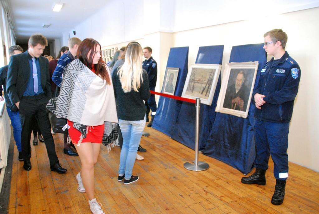 Kolme haruldasti Andrew Winteri maali eksponeeritakse Sindi gümnaasiumis politsei valve all Foto Urmas Saard