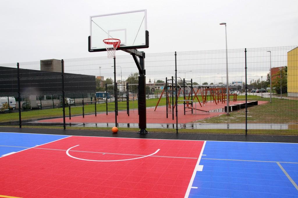 Kreutzwaldi Kooli juures avatav välikorvpalliväljak ja võimlemislinnak. Foto Võru Linna Leht