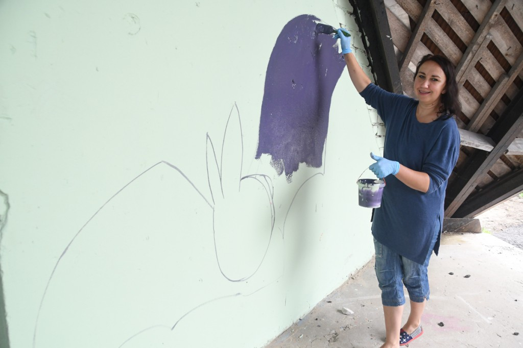 Kristel Kallau maalib Sindi laululava seinale nahkhiirt Foto Urmas Saard