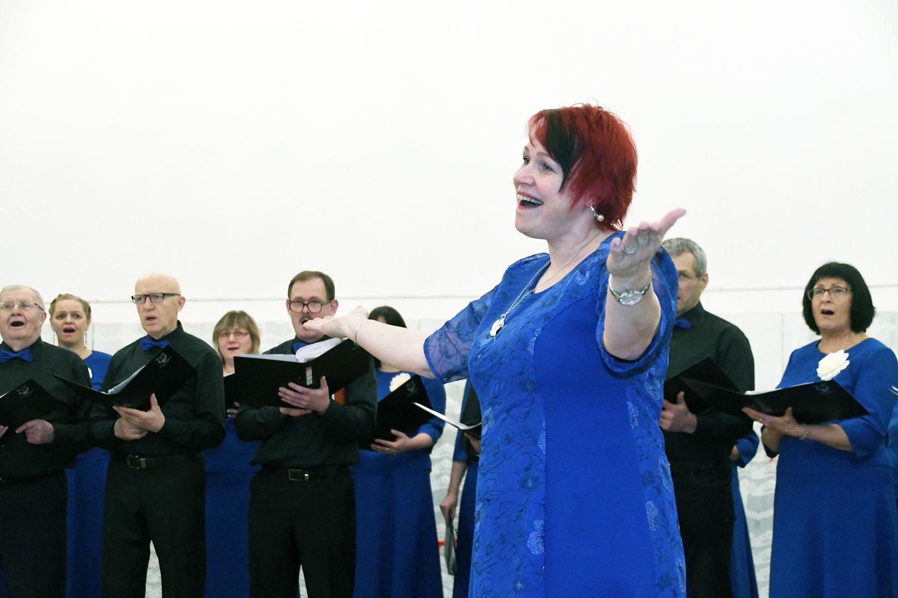 Kristel Reinsalu ja 150-aastane Sindi laulukoor. Foto Urmas Saard