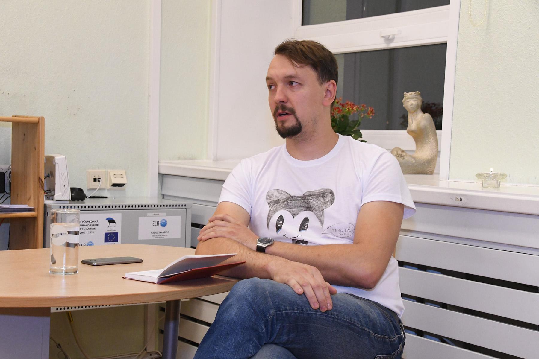 Kristjan Kullerkan loeb Sindi raamatukogus Isak Dineseni Babette´i pidusööki. Foto Urmas Saard