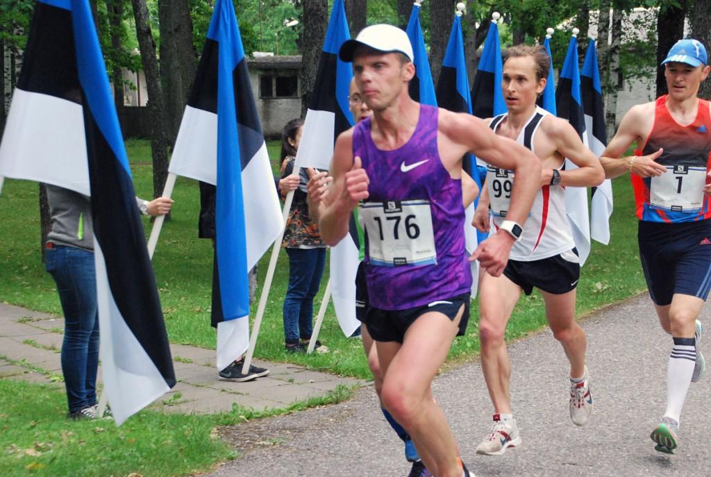 Kristo Reinsalu jookseb 14 kilomeetril Sindis esimesena Foto Urmas Saard