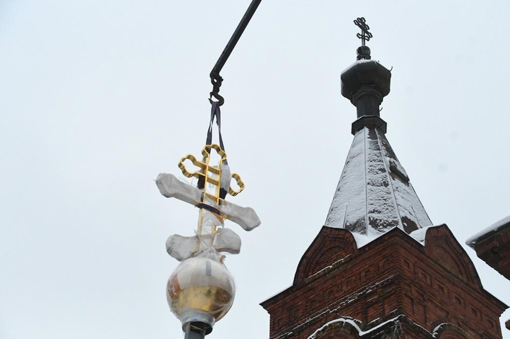 Kullatud rist tõuseb Suure-Jaani Pühade apostlite Peetruse ja Pauluse kiriku nelitise torni. Foto Urmas Saard