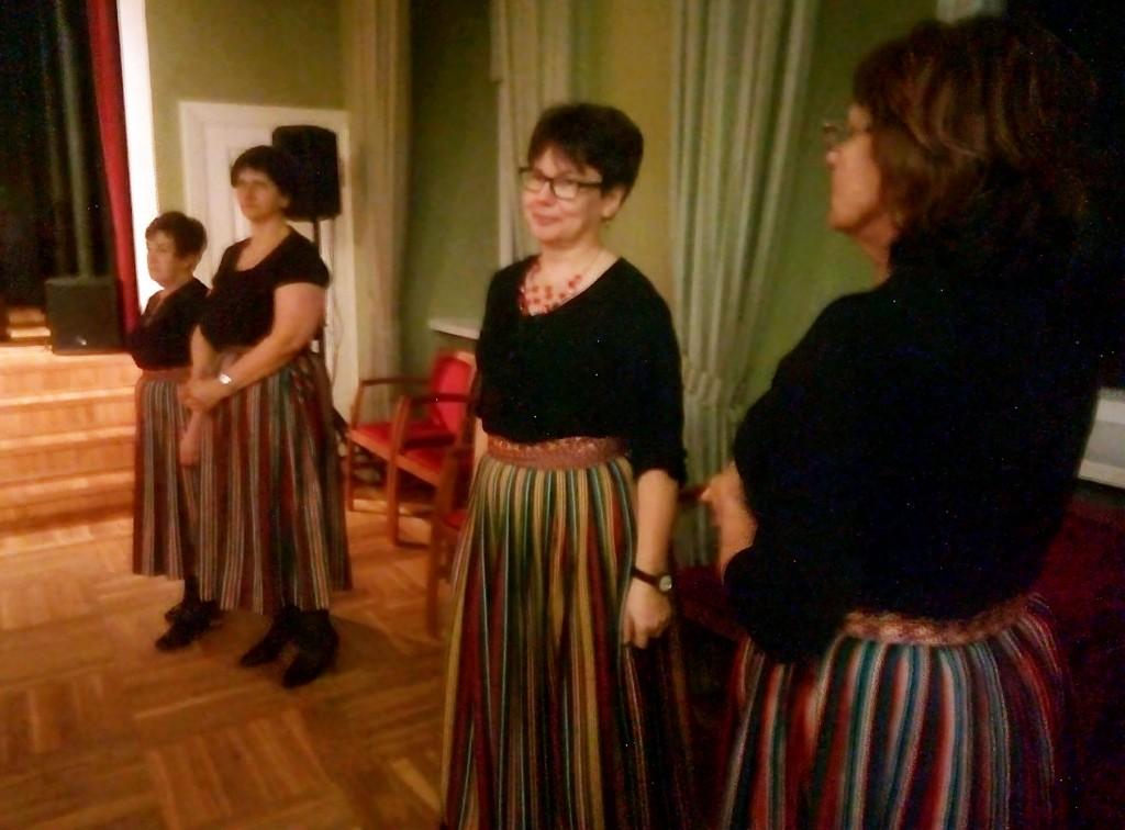 Kuremaa naisrühma liikmed Pajusis pärimustantse õppimas. Foto Jaan Lukas