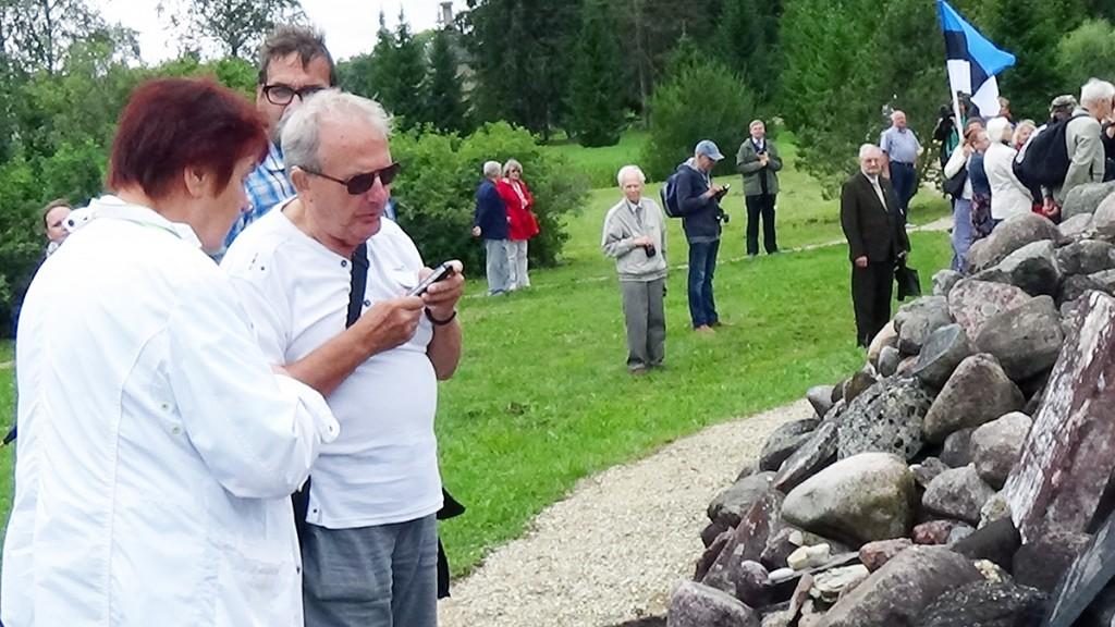 Lagle Parek, Aldo Kals, Rein Vanja kivikangru ees Foto Kerstin Käärik