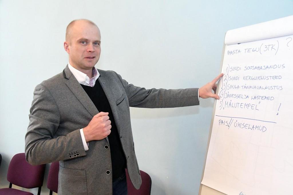 Lauri Luur tutvustab vallavalitsuse sisese arutluse põhjal sõelale jäänud 2018. aasta  tegusid. Foto Urmas Saard