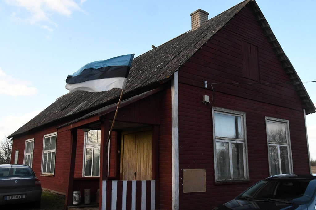 Lipp Metsküla rahvamajal Lääneranna vallas. Foto Urmas Saard