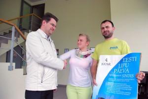 Lipu seltsi liige Marko Šorin tänab Pajo trükikoda sponsorluse eest, pildil juhiabi Kadri Rea ja trükkal Mati Soolo  Foto Urmas Saard