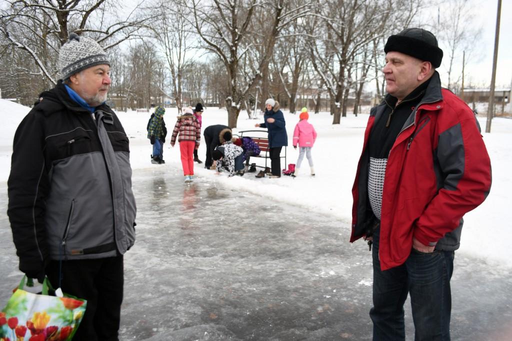 Liuvälja meister Mihail Šorin ja Raigo Paulberg esimest päeva avatud Sindi liuväljal Foto Urmas Saard