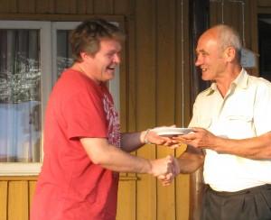 Vallavanem Romeo Mukk (paremal) annab meenetaldriku parimaks meesosatäitjaks tunnistatud Peter Wüthrichile.