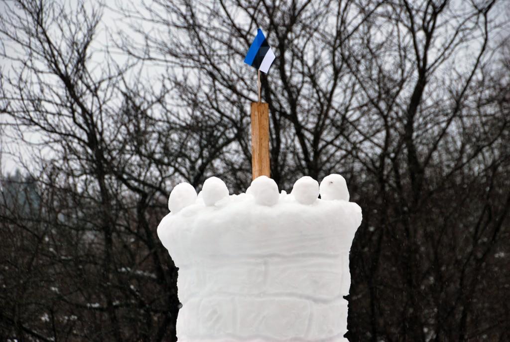 Lumest Pika Hermanni torn Sindis, Raudtee tänava tagaõuel Foto Urmas Saard