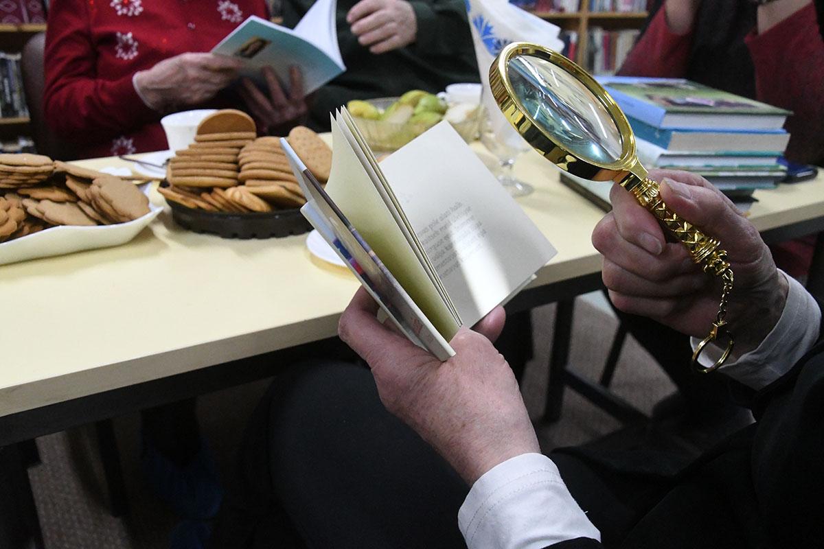 Luubiga Heli Kirjastuse raamatut uurimas. Foto Urmas Saard