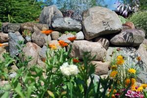 Lilledega palistatud maakividest purskkaev. Foto: Urmas Saard