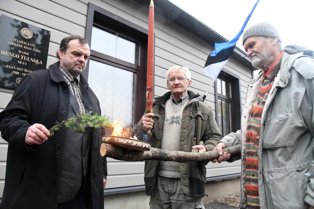Maavalla Koja esindajad tule ja mõõgaga Hengo Tulnola mälestustahvli avamisel Pärnus Laatsareti tänaval Foto Urmas Saard