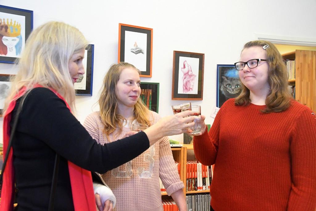 Grete ja Kaisa nägemise kunst on nähtav Sindi linnaraamatukogus
