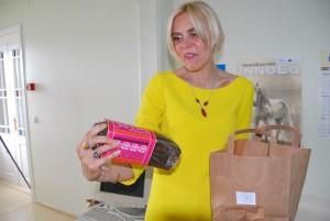 Maie Meius, SA Ülikoolide Keskus Saaremaal tegevjuht, kinkis Julia Laffranque'le tänuks kuulajate poolt pätsi Muhu leiba, mis valmistas külalisesinejale eriliselt head meelt Foto Urmas Saard