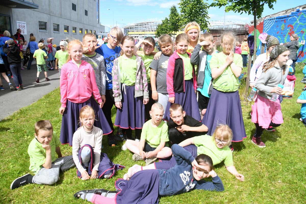 70ebef75568 Malle Ormilaan Sindi gümnaasiumi 1 ja 2 klassi segarühma tantsijatega  puhkehetkel Eesti Jalgpalli Liidu sisehalli juures