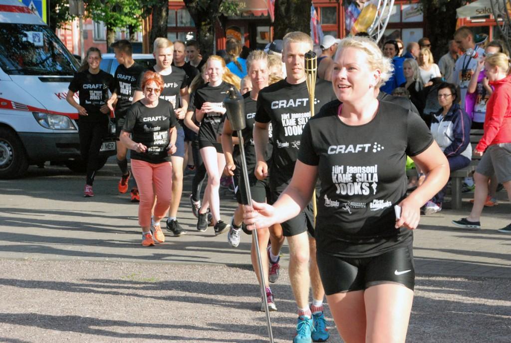 Maratoonarid mälestustule tõrvikutega Pärnus Rüütli platsil aastal 2016 Foto Urmas Saard