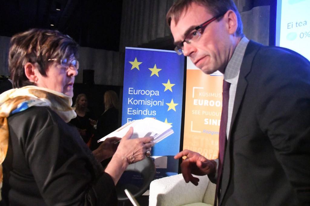 Mari Suurväli esitab Kultuurikatlas Sven Mikserile kutse esineda Pärnu kolledži väärikate ülikooli kuulajatele Foto Urmas Saard