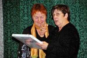 Mari Suurväli (paremal) tänab Lagle Parekit sisuka ettekande eest Foto Urmas Saard