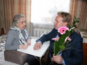 Väärikasse ikka jõudnud linnakodanikku õnnitleb Võru linnapea Anti Allas.