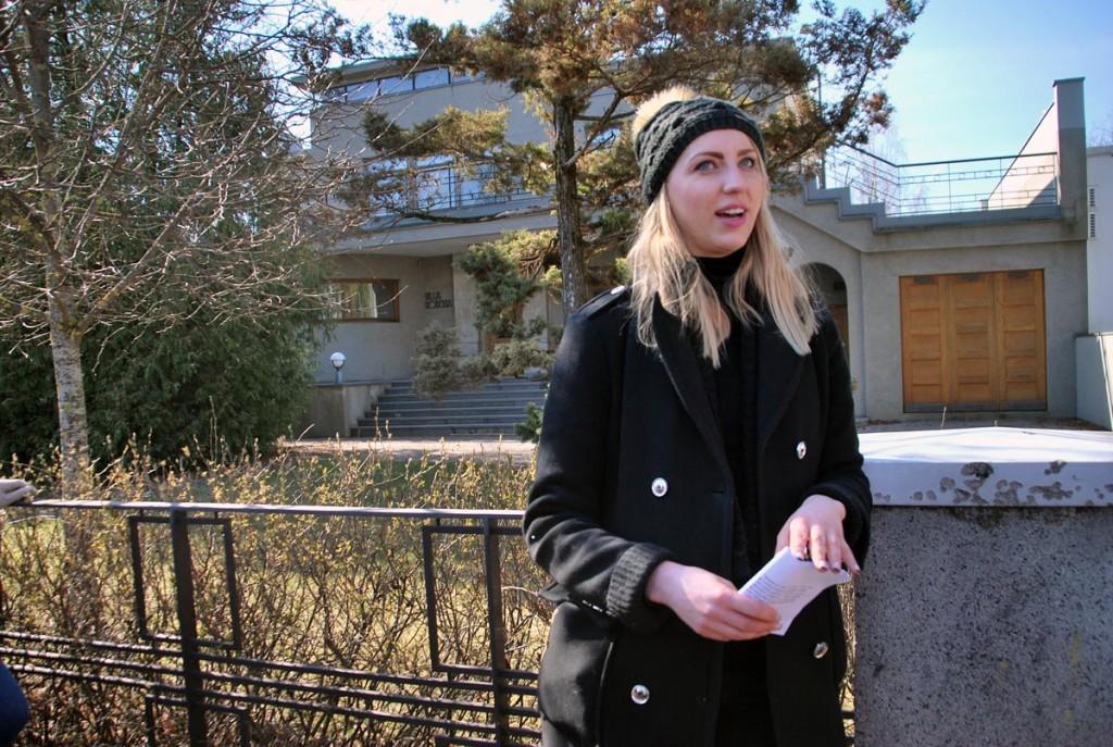 Marian Kivila tutvustab Tammsaare pst asuvat kapteni villat Foto Urmas Saard