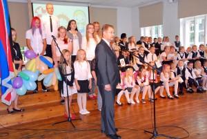 Marko Šorin, Sindi linnapea, tervitab algava õppeaasta esimesel koolipäeval Sindi gümnaasiumi õpilasi Foto Urmas Saard