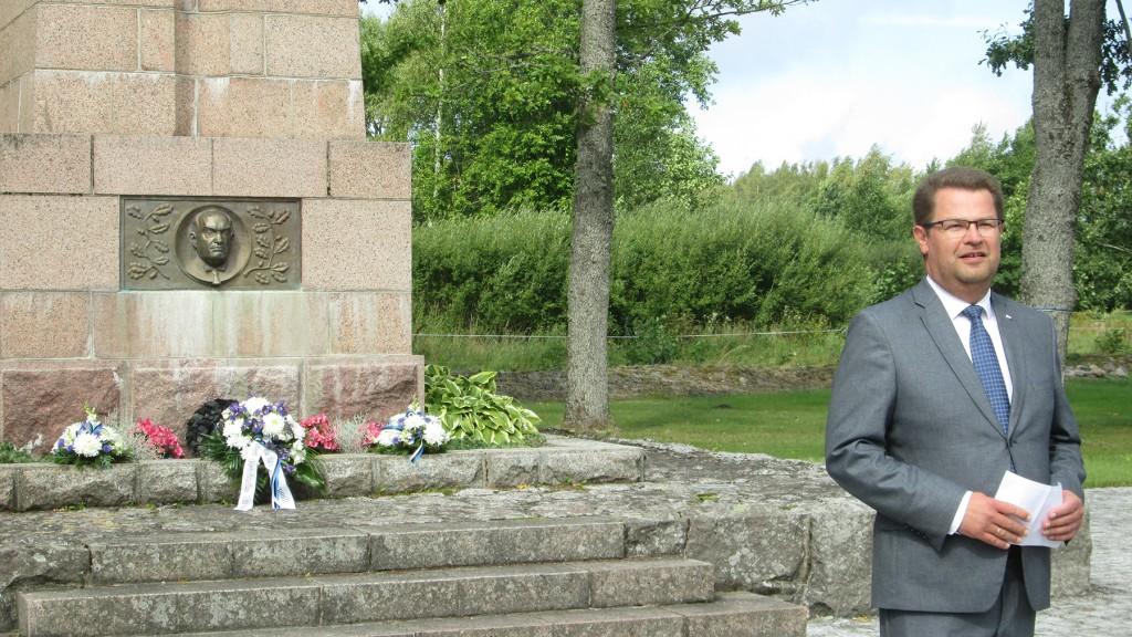 Marko Šorin Tahkurannas Konstantin Pätsi monumendi juures kõnelemas. Foto Tiina Tojak