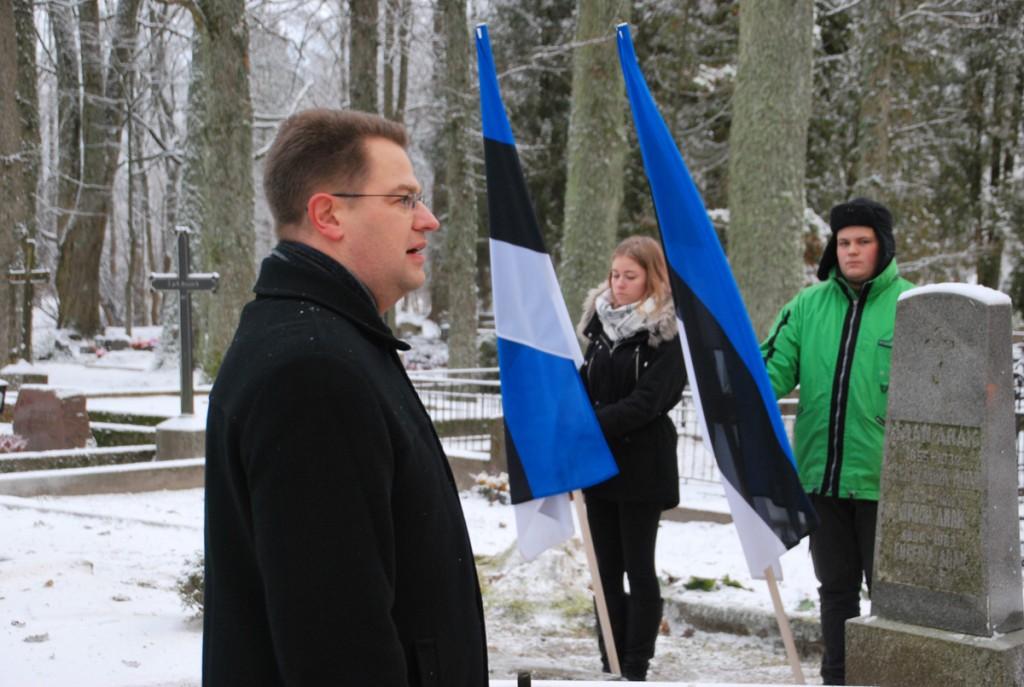 Marko Šorin, riigikogu väliskomisjoni liige ja Sindi gümnaasiumi õpilased Vabadussõja sangari kalmul Foto Urmas Saard
