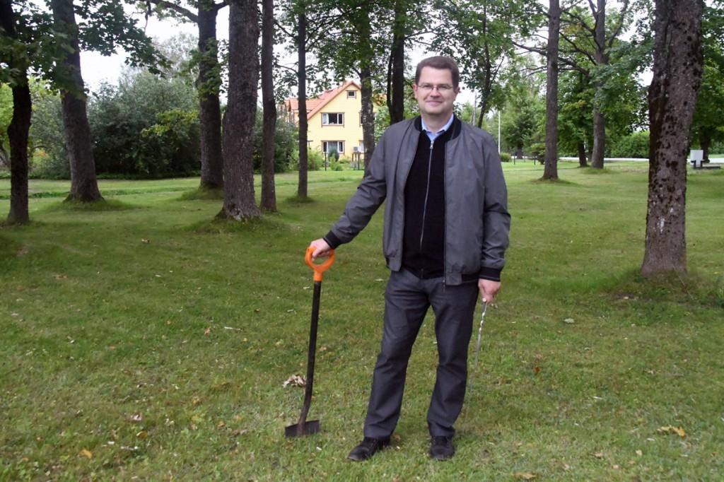 Marko Šorin täpsustab Kosmodemjanskajaks kutsunud mälestusmärgi kunagist asukohta Lohu pargis Foto Urmas Saard