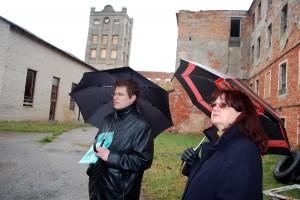 Marko Šorin tutvustab külalistele Sindi kalevivabriku varemeid Foto Urmas Saard