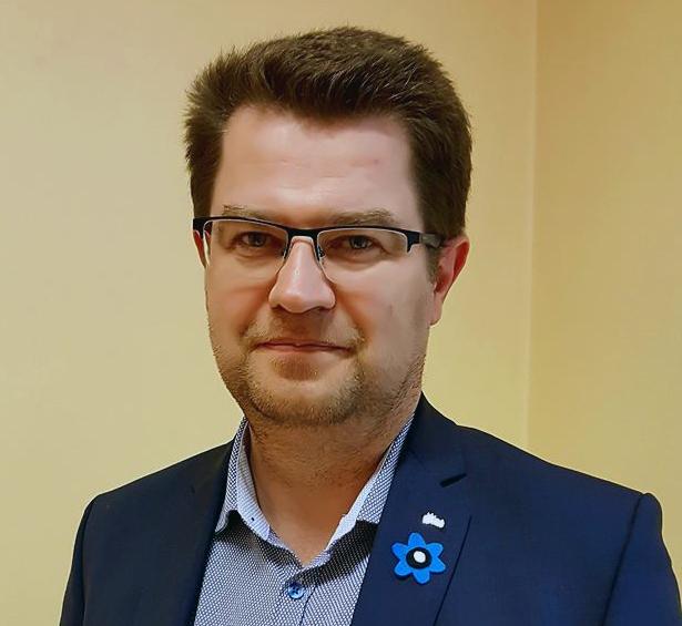 Marko Šorini rinnas on Kaitseväe ja Kaitseliidu veteranide toetamise sinilillekampaania märk Foto Urmas Saard